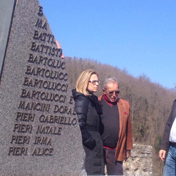 2015-03 SantAnna nach dem Sturm_ Enrico Pieri vor zerstörter Namenstafel